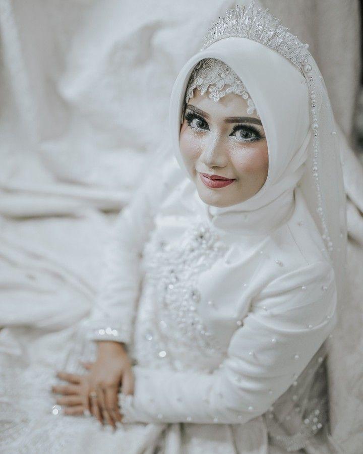 "89 Likes, 1 Comments - Laksmi Wedding Muslimah (@laksmimuslimah) on Instagram: ""Like a barbie muslimah ^^ . photo @jellymotion_id  mua @deliafara  gown @laksmiislamicbride .…"""