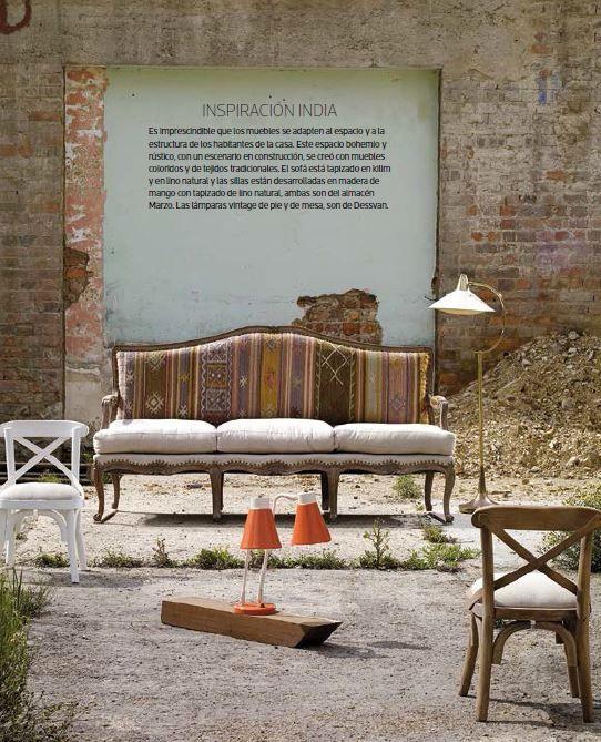 Inspiración india .  Es imprescindible que los muebles se adapten al espacio y a la estructura de los habitantes de la casa. Este espacio bohemio y rústico, con un escenario en construcción, se creó con muebles coloridos y de tejidos tradicionales.