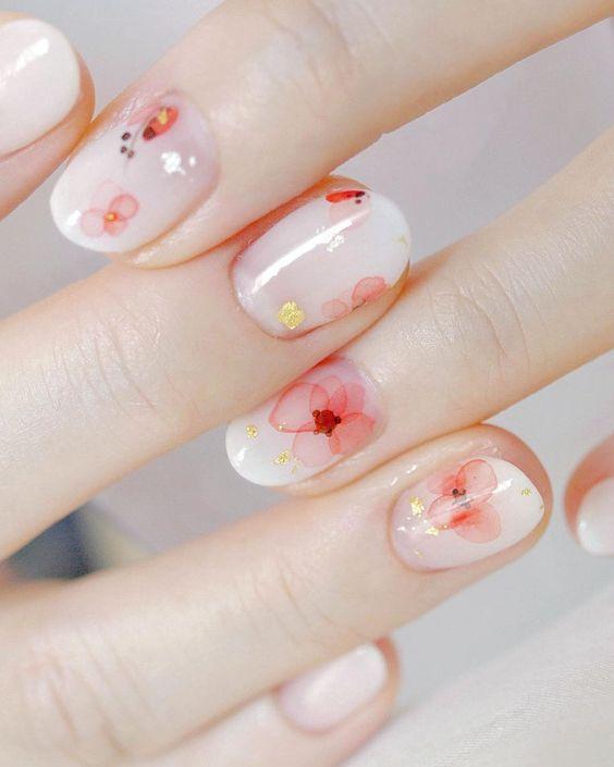 Nos encantan las uñas naturales con detalles sencillos. #Nails #Mani