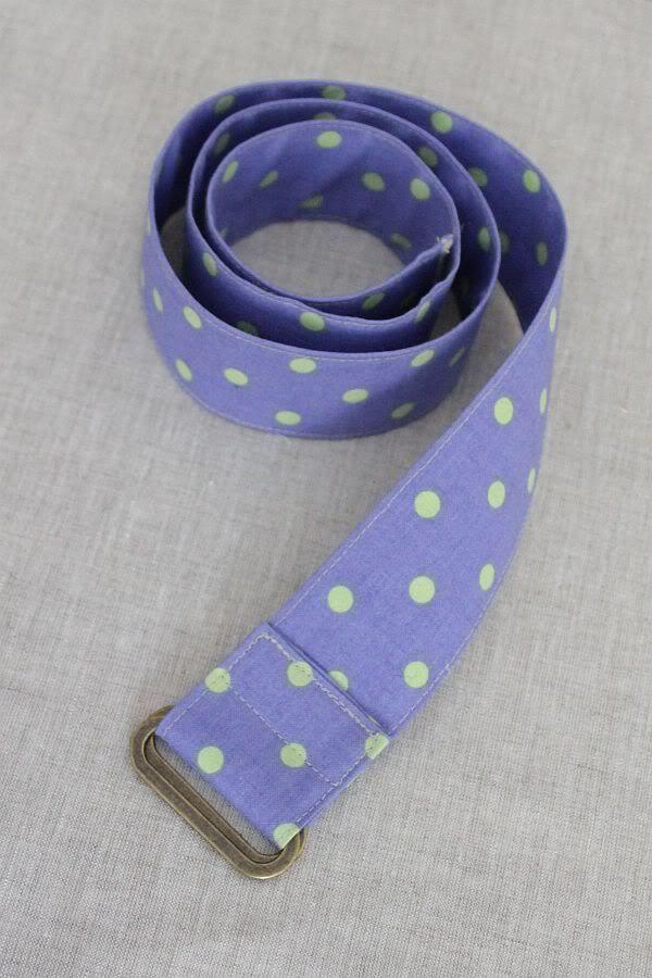 Dieses Tutorial eignet sich neben Gürteln auch sehr gut für Träger für Taschen, Schlüsselbänder, u.ä. Für einen Stoffgürtel mit 4cm Breite braucht ihr: -einen Gürtel, der euch bequem passt, zum Maß nehmen -ein Stück Stoff (oder mehrere, aneinander genähte), das der Länge eures Gürtels entspricht und ca. 10cm breit ist (nicht schmaler! wenn es 1-2cm … … Weiterlesen →