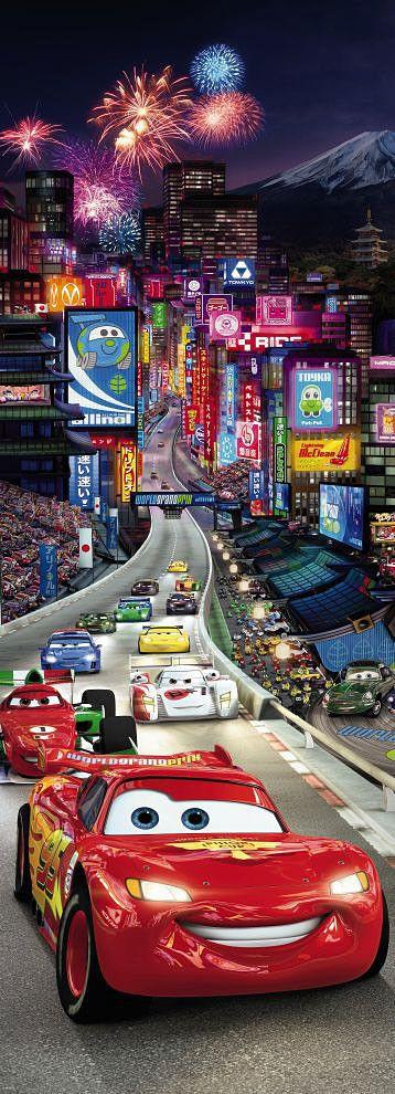 Poster mural géant à tapisserPoster à l`image du célèbre dessin animé Cars de Walt Disney pour habiller la chambre de vos enfants. Cette affiche grand format s`applique sur votre support en joignant tout simplement les différe