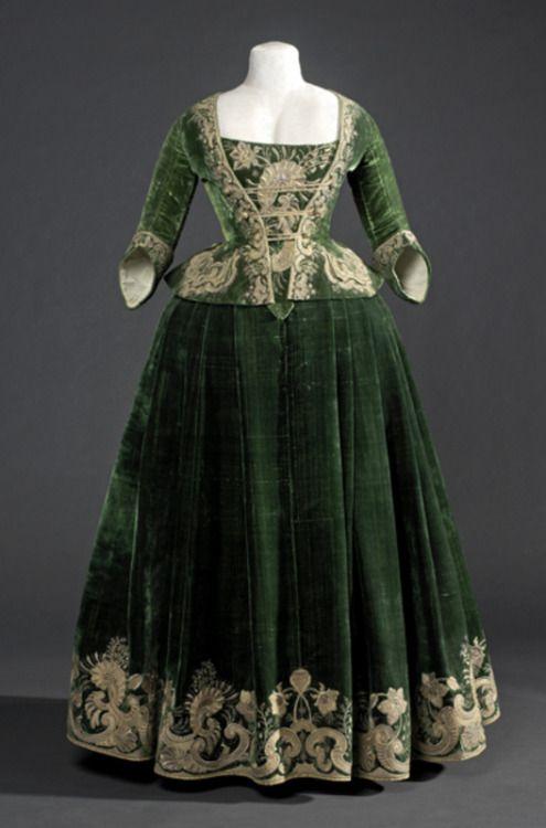 "Silk velvet bodice/jacket and ""petticoat"" ca. 1718. From the Museu del Disseny"
