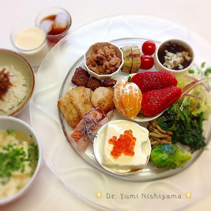 にしやま由美式ダイエットプレートは、時計回りに食べるという方法です!   2014.4.7の朝食プレートをご紹介します。トマトやもずく酢から食べ始め、野菜、芽キャベツ、食物性タンパク質、お魚やお肉、マグロフレーク、最後にフルーツです。  大きめのプレートに栄養バランスを考えた食材を並べ12時の位置から順番に食べる、とても分かり易い方法です。   日々の食生活の大切さをもっと多くの皆様に伝えていきたいと思います。  この順番は、血糖値を急激に上げないので身体に優しく栄養補給ができ健康になります。   食生活を整えることは、病気を未然に防ぎ必要の無いお薬を減量することに繋がります。  食材の量は、年齢など個人の状態により調整してください!!⭐️西山酵素⭐️と豆乳も添えてあります。   食材アレルギーには、個人差がございますのでご注意ください。   ⭐️時計周りに食べる⭐️のダイエットプレート本も出版中です!  栄養医学療法外来では、お肌や健康に関するご相談をお受けしています。遅延型フードアレルギー検査も行なっています。