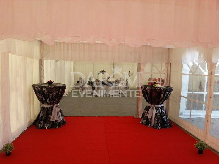 Nunta la cort, covor rosu la intrare, ideal pentru cei care vor sa aibe evenimentul in natura.