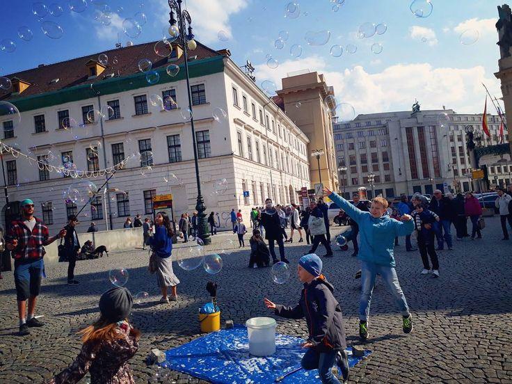 _  #비누방울 에 열광하는 꼬맹이들��  프라하에 다시 컴백했지만 마음은 아직 바르셀로나임  스페인...완전 내취향 나라������ #일상 #여행 #사진 #유럽 #프라하 #체코 #travel #czech http://tipsrazzi.com/ipost/1504701093430269373/?code=BThxawXDZW9