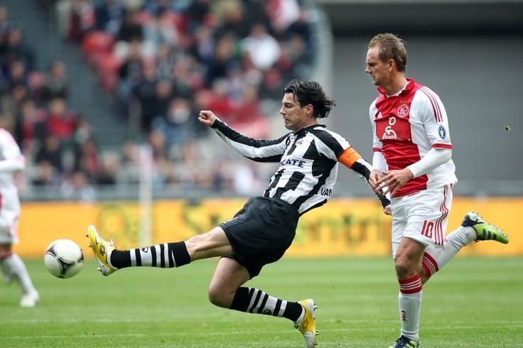 Van der Linden probeert een pass te onderscheppen. De bekerfinalist ging met 6-0 onderuit in de ArenA tegen Ajax. Na de rust liet Heracles het volledig lopen, met waarschijnlijk het oog op de bekerfinale van komende zondag. 01-04-2012