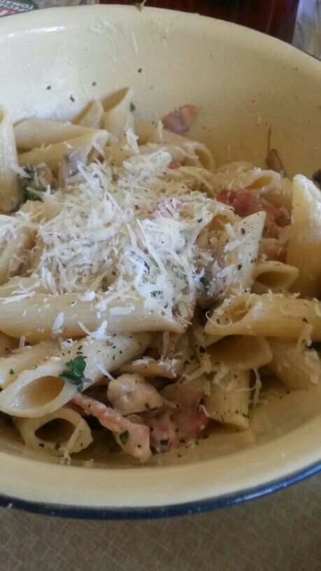 Penne, bacon, chicken, mushrooms & thyme in a creamy garlic sauce with fresh parmesan