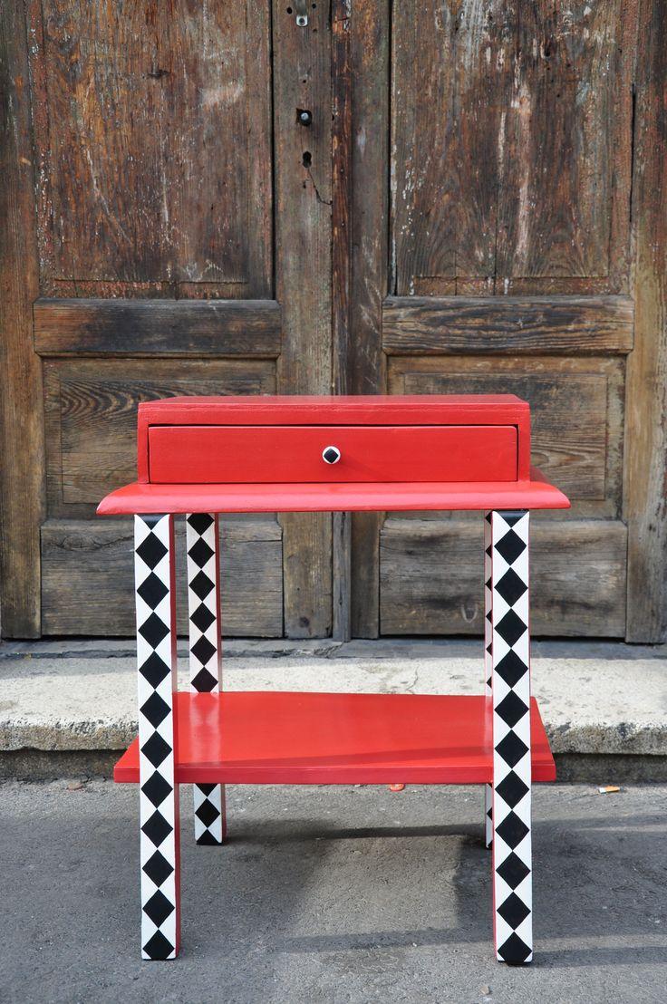 stary stolik po renowacji, ręcznie malowany http://dwiebaby.pl/zrealizowane-projekty/