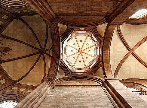 ROMANIZM. Katedra w Spirze (po 1080 r.). Ośmioboczna kopuła na trompach. Kopuła nie była elementem typowo romańskim, natomiast dzięki swojej symbolice wykorzystywana była w tej epoce, szczególnie na skrzyżowaniu naw. Oznaczała sklepienie niebieskie.