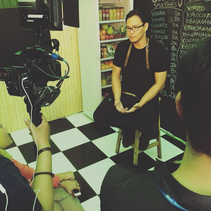 "CEO sekaligus Chef #Jusyo sedang diinterview oleh Bisnis TV untuk program ""Inspirasi Bisnis"". Nantikan segera yaa!  Jusyo - Untuk Kebaikan #BeraniBaikBeraniSehat  #jusyo_id #JusyoKiosk #dayshoot #startup #shooting #bussiness #television #tvshow #sehat #sehatalami #juice #coldpressedjuice #healthy #healthyliving  #Indonesia"