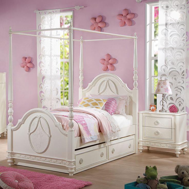 Colecția pentru dormitor Dorothy va transforma camera prințesei voastre într-un loc de poveste, perfect atât pentru a îi antrena creativitatea pe timpul zilei, cât și pentru a îi oferi odihna de care are nevoie pe timpul nopții. Culoarea deschisă, decorațiunile lucrate în cel mai mic detaliu, accentele feminine și materialele de calitate superioară, toate acestea concură spre o imagine de ansamblu ce nu poate fi descrisă decât printr-un singur cuvânt: încântător.