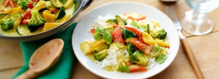 Indisches Gemüse-Curry selber zubereiten! Mit einem Rezept von REWE ist das Curry schnell und leicht angerichtet. Im Curry ist unter anderem Brokkoli, Paprika und Zucchini.