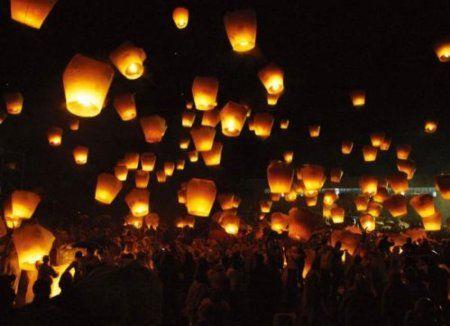 € 18.99 | 20 Pz. Lanterne cinesi volanti (colore bianchi) Lanterna in carta di riso non infiammabile. Dimensioni: 90x36x50 cm Cool Gift www.futurosemplice.net