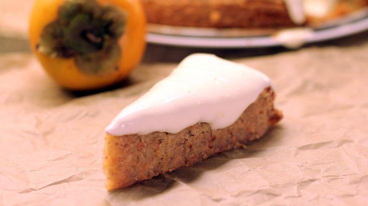 Denne kaken er supersaftig og helt uimotståelig. Den friske og syrlige kremost-glasuren på toppen løfter den til et helt nytt nivå, og jeg garanterer at den blir en slager til søndagskaffen. Eller mandag- til lørdagskaffen.    Lurer du på hva persimon er? Les om den knalloransje og sunne frukten her.    Når du lager denne kaken er det viktig at du bruker halvmodne og faste persimon. Hvis ikke blir kaken altfor fuktig, og du risikerer å ende opp med en halvstekt kake. Det er uansett vanskelig…