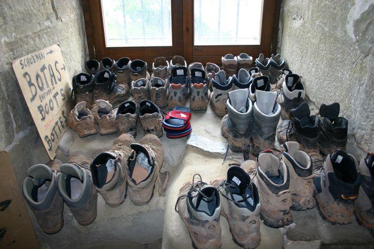 Grañon, piccolo paese nella Rioja. Deposito degli scarponi prima di entrare nelle stanze della canonica.