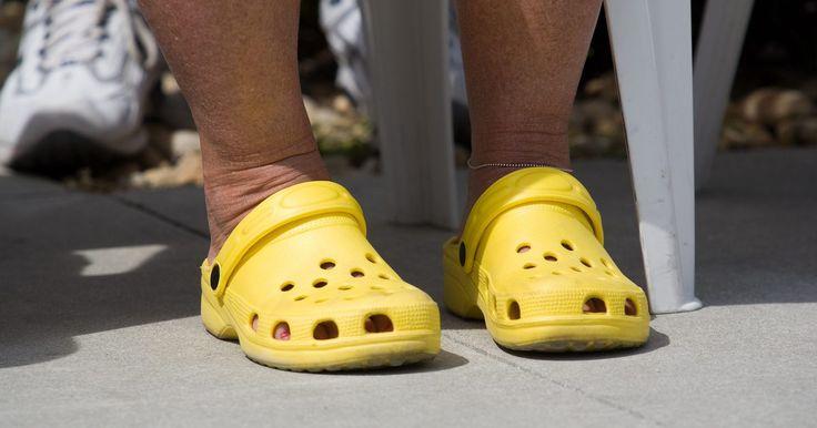 Cómo cambiar el forro en los Crocs. Crocs es el nombre comercial de una línea de zapatos impermeables conocidos por sus colores brillantes y su sensación de comodidad. Si bien originalmente ofrecían zuecos con grandes orificios de ventilación, la línea Crocs se ha expandido para incluir zapatos más sutiles, incluyendo los Mammoth Crocs, un zueco forrado con piel para el tiempo frío. ...