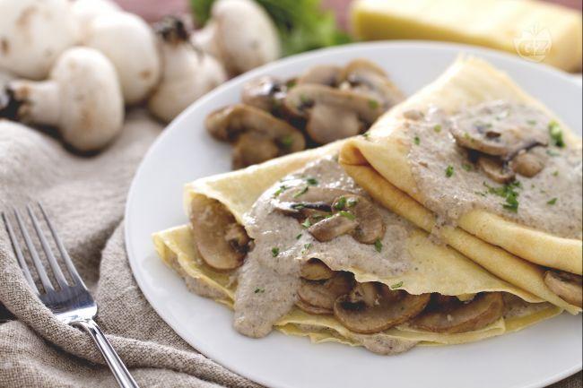 Le crespelle alla crema di funghi e fontina sono un primo piatto la cui  farcitura è preparata con una crema a base di mascarpone e funghi insaporito poi dalla fontina.
