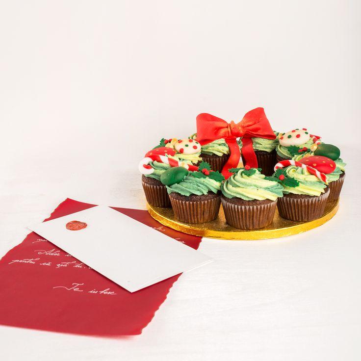 De sarbatori, toate gandurile bune pot fi asternute pe o scrisoare personalizata, care va fi livrata impreuna cu o coronita cupcakes de Craciun. Pret: 213 lei