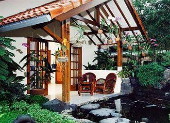 Duta Garden Hotel tampak sederhana dan Duta Garden Hotel menawarkan hunian cantik bergaya tradisional Yogyakarta. Seluruh areal hotel berhiaskan tanaman-tanaman hijau yang memberikan kesan tropis dan segar sementara kamar-kamar hotel dilengkapi dengan perabot kayu yang terkesan etnis dan tradisional. Pemesanan, klik http://www.voucherhotel.com/indonesia/yogyakarta/418359-duta-garden-hotel-yogyakarta/