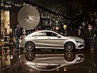 Ecco il concept espositivo di Mercedes con le modelle Summer e von Alten a Milano Moda Donna