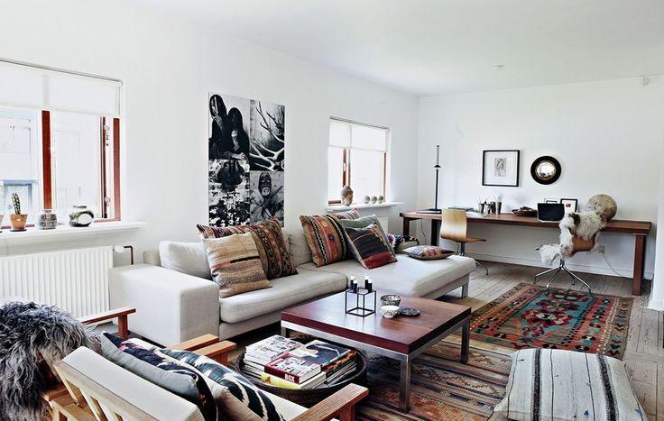 Stuen er rummelig og lys med hjemmekontor i den ene ende. Sofaen er fra Raun...
