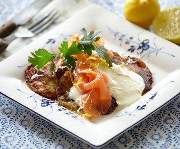 Opskrift på kartoffelpandekager med løg og laks