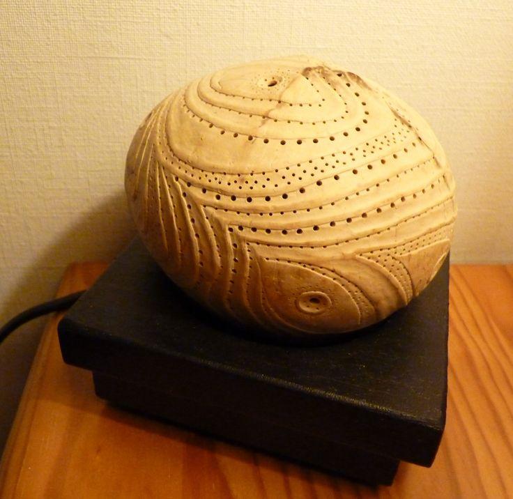 Rêve de Keuakepo, lampe d'ambiance mystique en noix de coco sculptée