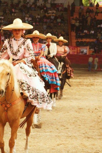 """LA ESCARAMUZA En 1953 nace, en el Rancho del Charro de la Ciudad de México, la Escaramuza """"un ballet ecuestre"""" donde las damas jinetes, ataviadas con traje de Adelita, demuestran su dominio sobre la cabalgadura realizando diversas y bellas maniobras. La escaramuza ha cobrado gran popularidad y constituye una hermosa representación que enriquece el espectáculo con gran colorido. Actualmente ya es competencia, y son 300 grupos que tratan de colocarse en los eventos nacionales. ✿⊱╮"""