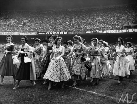 Participantes do concurso de moda Miss Bangú em estádio de futebol. Fotografia: Carlos Moskovics