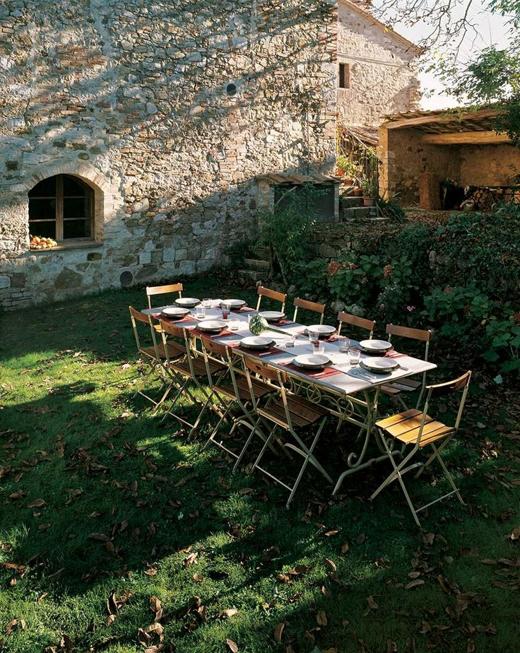 Base Giuggiolone (art.226c) cm 230x80x72h  •  Piano in Travertino invecchiato cm 270x90  •  Sedia Carlotta (art.218) con seduta e schienale in legno di frassino.