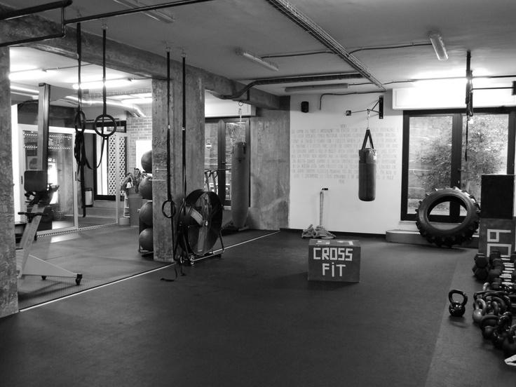 riscaldamento: 1400 m. run 3 rounds: 10 squat 5 push ups 5 affondi  stretching  wod: 400 m. run 50 squat 40 push ups 30 affondi camminando 400 m. run 40 squat 30 push ups 20 affondi camminando 400 m. run 30 squat 20 push ups 10 affondi camminando  stretching  bench press panca piana 4x5 kg.40-50-60-70 push press 4x5 kg.30