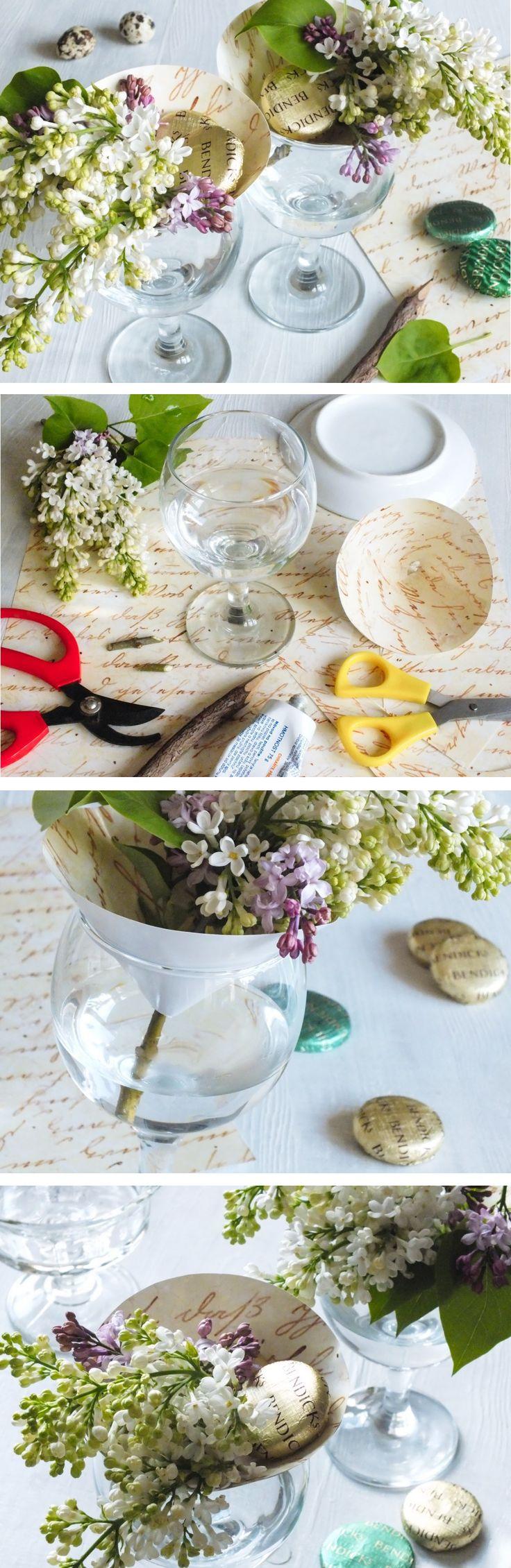 Malá vázička na drobné květiny, vyrobená ze sklenice na víno a tvrdého kartonu.