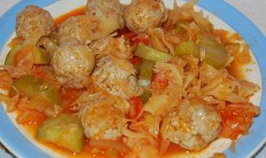 Dietary chicken meatballs stewed in tomato sauce with cabbage