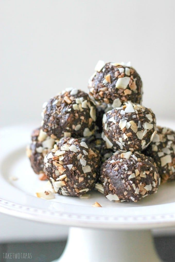 "Need an afternoon ""pick-me-up"" without over-indulging? These little Powerballs are full of good for you ingredients like dates, macadamia nuts, coconut, and cocoa! All these yummy foods rolled into one perfect bite. Great for a post-workout snack. Powerballs Date, Macadamia Nut, Coconut & Chocolate Balls Recipe 