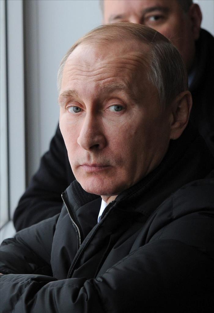 Nueva York, 4 feb (EFEUSA).- Arabia Saudí ha venido presionando a Rusia para que retire su apoyo al régimen sirio de Bachar al Asad utilizando su influencia en los mercados para que suban los precios internacionales del crudo, según informa The New York Times. El diario, en una nota anticipada en su edición digital, basa …