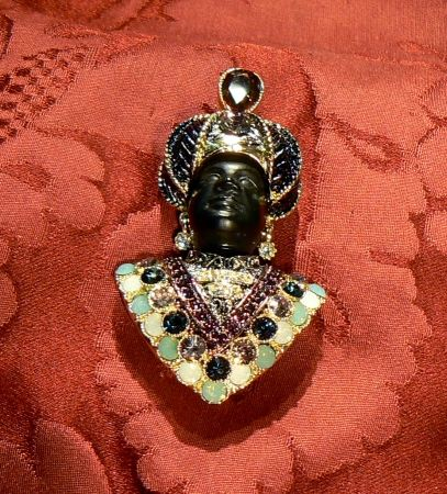 Give yourself a moretto without necessarily spending too much these Moors are very cheap but no less fascinating for their cousins precious in gold and diamonds, the structure of this blackamoor is gilt brass with synthetic stone heads are bakelite - Dogale Jewellery Venice Italia