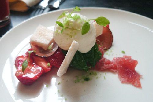 Fraises et radis façon pickles, persil givré et émulsion de fromage blanc chez Dessance #dessert #food #paris