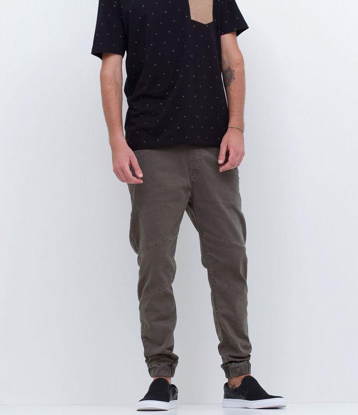 Calça masculina    Jogger    Com recortes    Com bolso    Marca: Blue Steel    Tecido: sarja    Composição: 98% algodão e 2% elastano    Modelo veste tamanho: 42         Medidas do modelo:         Altura: 1,82    Tórax: 94    Cintura: 71    Quadril: 91         COLEÇÃO VERÃO 2017         Veja outras opções de    calças jeans masculinas.