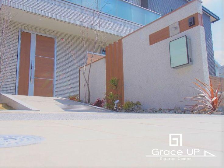 【GraceUP | Works 施工事例no.091】シンプルモダンスタイルの外空間デザイン。 関西一円 大阪の外構デザイン設計のグレイスアップ。コントラストがたのしいダメージ煉瓦のアプローチ。【アンティーク×ナチュラル 新築外構】ノンストレスなタイルのエントランスはスロープとステップの二カ所。