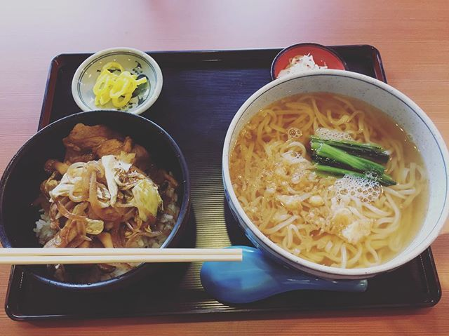 豚バラ生姜焼丼に大盛りおうどんのセットです。 #うどん #udon #豚 #肉 #meet #生姜焼き #セット #大盛り #食べ過ぎ