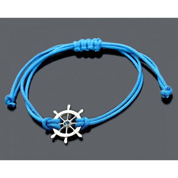 Ein schönes blaues Armband mit einem Steuerrad für Jungs an einem Baumwollband.Der Anhänger ist aus 925 Sterling Silber.