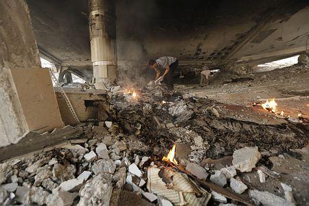 2日、イスラエル軍に破壊されたパレスチナ自治区ガザ北部ジャバリヤのモスク(イスラム礼拝所)(AFP=時事) ▼2Aug2014時事通信|トンネル破壊ほぼ完了か=イスラエル軍、「拉致」兵士捜索 http://www.jiji.com/jc/zc?k=201408/2014080200215