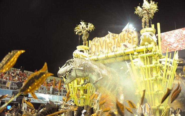 Carro alegórico da Tom Maior mostra o 'mundo jurássico'; enredo da escola, que desfilou em São Paulo, retratou o pecado original