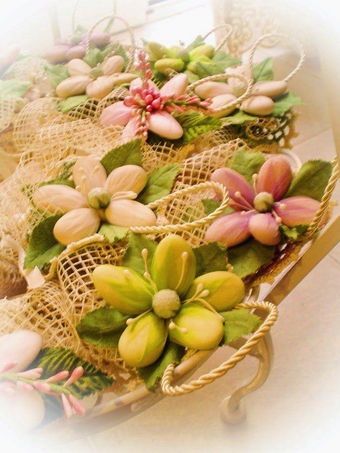 Sacchetto - Bomboniera ad uncinetto con fior di confetto di Sulmona