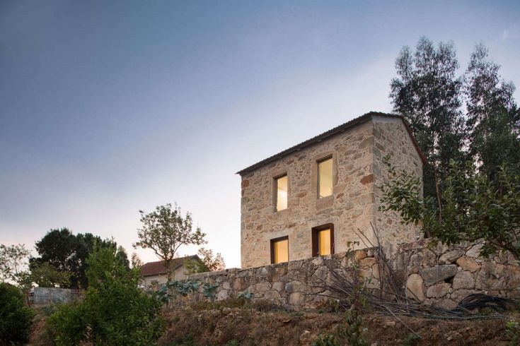 Established in only 35m2, this house with an useful floor area of 45 m2 is the perfect place for a weekend break. With the original outline, the only change ...