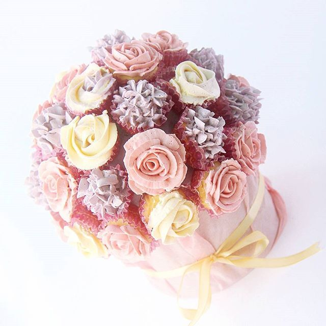 Mini cupcake bouquet - rose, hydrangea and rosette floral piping www.theartisansapron.com