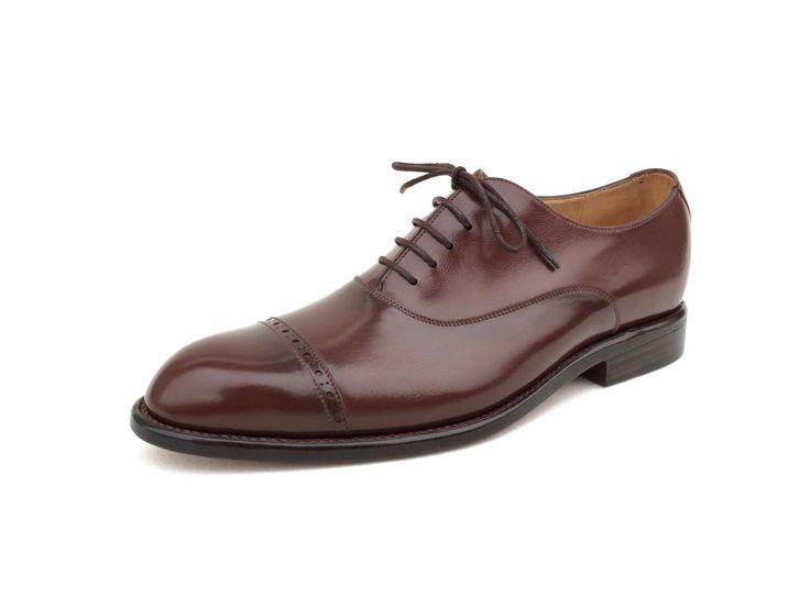 Plain Oxford v černé barvě je klasická společenská bota a jako taková by určitě neměla chybět v žádném botníku. Nejlepší vlastnosti má pouze obuv ručně šitá na míru.  Informace o ceně