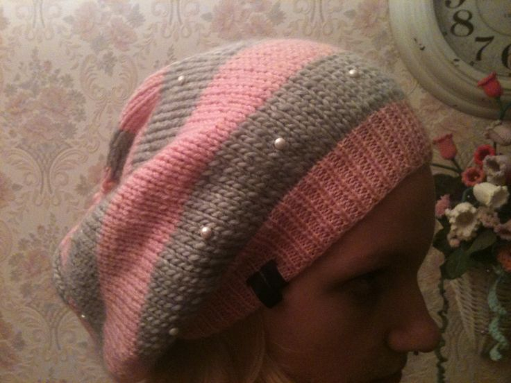Beanie in pink and grey with pearls €17,50