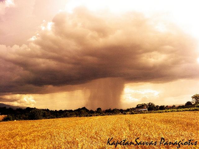 Summer Storm in Greece  Η φωτογραφία αυτή τραβήχτηκε στην Δράμα 25/6/2009 17:20 Κοντά στην Περιοχή που Βρίσκεται το ξωκλήσι του Αγίου τρύφωνα.  Είχα την τύχη να θαυμάσω την καταιγίδα καθώς με προσπέρασε κατευθυνόμενη προς το όρος Παγγαίο.  Η φωτογραφία δημοσιεύτηκε στο Ελληνικό National Geographic τεύχος Αυγούστου 2009 .
