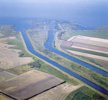 Skjern Å's udløb i Ringkøbing Fjord, Vestjylland (før Skjern Å projektets gennemførelse). Foto: Bert Wiklund.  Flodmundinger omfatter de nedre, udvidede dele af floder eller som i Danmark de udvidede udmundinger af store åer. Det er indskæringer i kysten, hvor påvirkningen af ferskvand er stor, ligesom flodmundingerne generelt er påvirket af tidevand undtagen omkring Østersøen og de indre danske farvande. Opblandingen af ferskvand og saltvand og nedsat strømhastighed i ly af udmundingen…